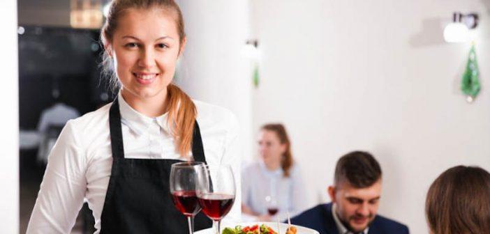 Camarera sirviendo mesa