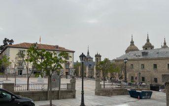 Plaza de la Constitución San Lorenzo de El Escorial desierta durante el COVID-19