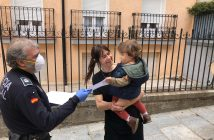 La Policía entrega diplomas de superhéroes a los niños