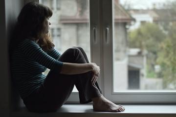 Chica mirando por la ventana
