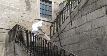 Limpieza y desinfección de la calle Floridablanca y perpendiculares
