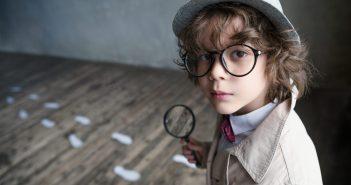 Niño jugando a detectives
