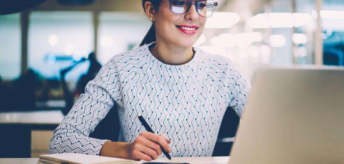 Mujer utilizando un portátil