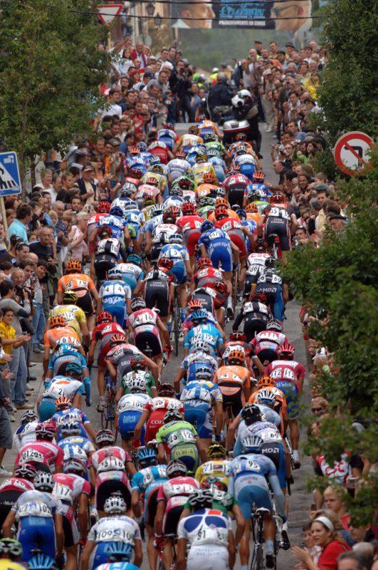 El pelotón de la Vuelta Ciclista a España 2011 subiendo la Calle Cañada Nueva en el final de la 8 etapa